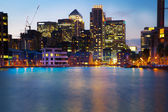LONDON, UK - JULY 29 2014: Canary Wharf business district in dusk — Stock Photo