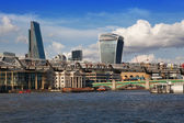 LONDON, UK - AUGUST 9, 2014: view of London from the river Thames, office buildings and St. Paul's cathedral — Foto Stock