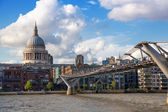 LONDON, UK - AUGUST 9, 2014: South bank walk of the river Thames. St. Paul's cathedral. View on bridge and modern architecture — 图库照片