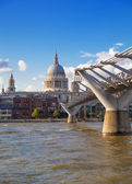 LONDON, UK - AUGUST 9, 2014: South bank walk of the river Thames. St. Paul's cathedral. View on bridge and modern architecture — Foto Stock