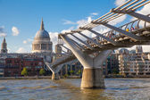 LONDON, UK - AUGUST 9, 2014: South bank walk of the river Thames. St. Paul's cathedral. View on bridge and modern architecture — Foto de Stock