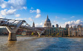 LONDON, UK - AUGUST 9, 2014: South bank walk of the river Thames. St. Paul's cathedral. View on bridge and modern architecture — Stockfoto