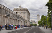 MADRID, SPAIN - MAY 28, 2014: The Royal Palace of Madrid is the official residence of the Spanish Royal Family at the city of Madrid — Foto de Stock