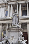 LONDON, UK - JULY 6, 2014: Queen Victoria monument next to St. Paul's cathedral — Stock Photo