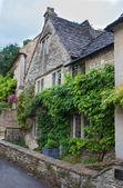 Wiltshire, chippenham, i̇ngiltere - ağustos 9, 2014: castle combe, benzersiz eski i̇ngiliz köyü ve lüks golf club — Stok fotoğraf