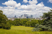 LONDON UK - JULY 28, 2014: View on business district Canary Wharf from old English park, south of London — Foto Stock