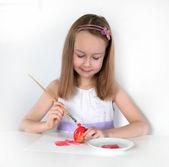 女孩绘画复活节彩蛋 — 图库照片