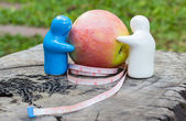 Red apple with measuring tape white — Stockfoto