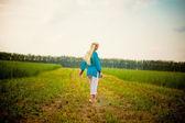 Atravessar o campo — Fotografia Stock