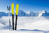 Pair of snow skis, high mountains — Stock Photo