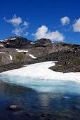Frozen lake in Mountain Rainier — Stock Photo