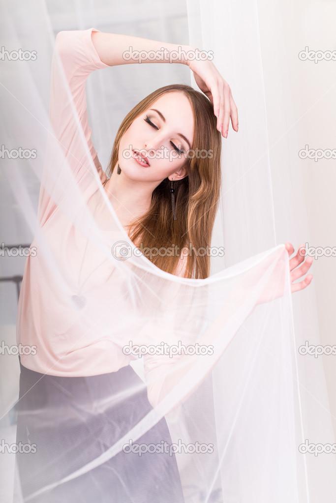 Девочка в розовой кофте удивлена