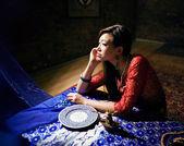 красивая азиатская женщина в интерьере — Стоковое фото