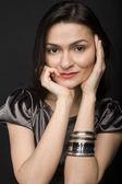 Stok fotoğraf güzel bir genç kadın model siyah arka plan üzerinde poz portresi kapat — Stok fotoğraf