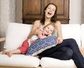 Portrét šťastná rodina, matka a dcera v posteli — Stock fotografie