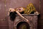 Joven sensual belleza en estilo oriental en habitación de lujo — Foto de Stock