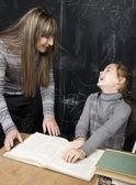 Portret nauczyciela z uczniem w tablicy — Zdjęcie stockowe