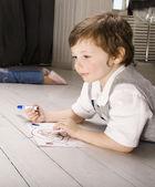 Portret chłopca ładny obraz na piętrze — Zdjęcie stockowe