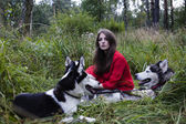 Vrouw in rode jurk met boom wolfs in bos — Stockfoto