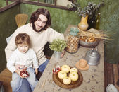 Portrait of happy father and son in kitchen — Foto de Stock
