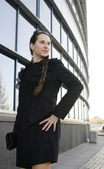 Portrait de femme d'affaires jeune et jolie parler téléphone près du bâtiment — Photo