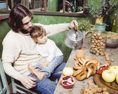 Portrait of happy father and son in kitchen — Stockfoto