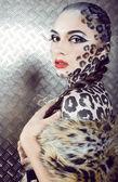 Ritratto di bello giovane modello europeo nel trucco e gatto bodyart — Foto Stock