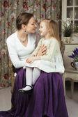 Mladá matka s dcerou na luxusní dům — Stock fotografie