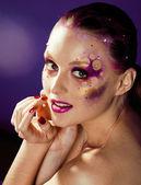 Joven de belleza con maquillaje creativo — Foto de Stock