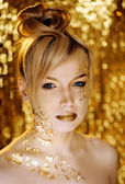 блондинка красоты женщина с золотой творческий макияж — Стоковое фото