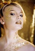 Mujer de belleza rubia con oro creativo de maquillaje — Foto de Stock