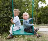 портрет двух маленьких мальчиков играть — Стоковое фото