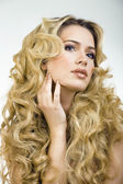 Beauty blond woman with long curly hair close up — 图库照片