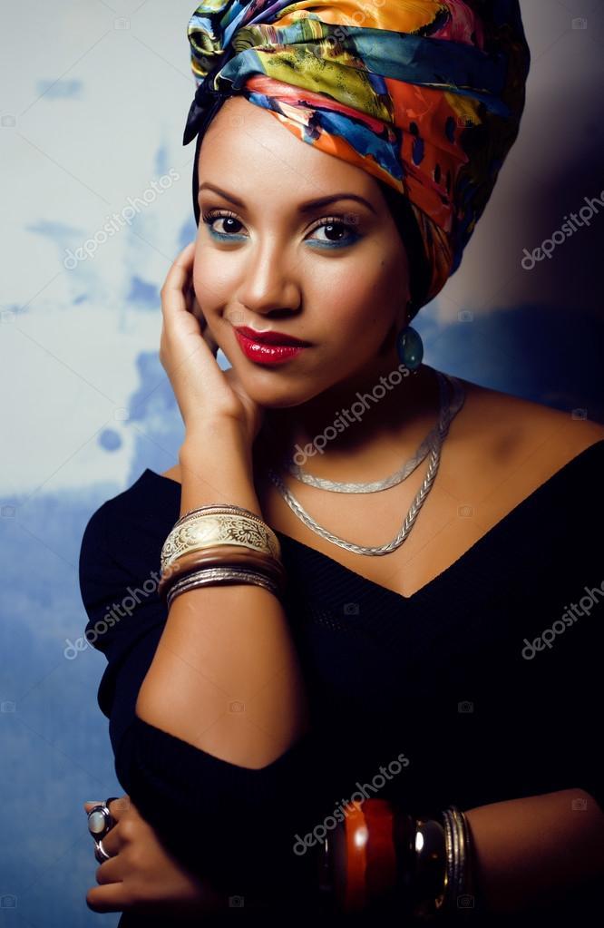 beaut femme africaine lumineuse avec maquillage cr atif photo 37425975. Black Bedroom Furniture Sets. Home Design Ideas