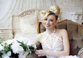 Krása emocionální blond nevěsta v luxusním interiéru — Stock fotografie