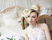 Novia rubia emocional de belleza en el interior de lujo — Foto de Stock