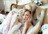 美情绪金发碧眼新娘在豪华的内饰 — 图库照片