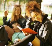 Grupa studentów na trawie, prepaing do egzaminu, poza — Zdjęcie stockowe