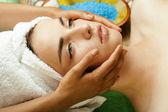 Stock photo attractive lady getting spa treatment in salon — Stock Photo