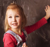 Lilla söta tjejen i klassrummet — Stockfoto
