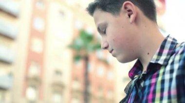 мальчик отправки текстового сообщения — Стоковое видео