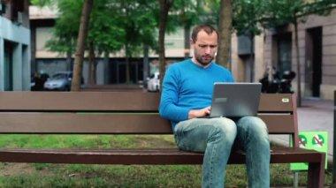Man working on laptop — Stock Video