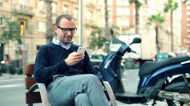 Man sending sms on smartphone — Stock Video