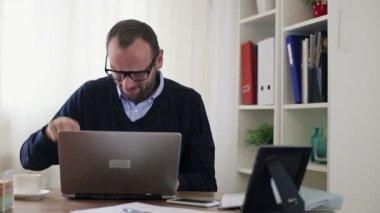 Zły biznesmen zniszczenia laptopa — Wideo stockowe