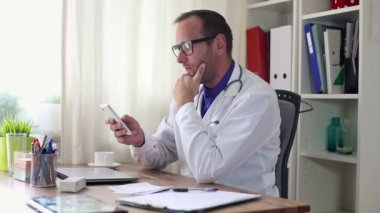 Male doctor with smartphone — Stock Video