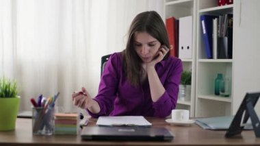 Imprenditrice lavorando con documenti — Video Stock