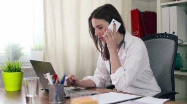 Doktor něco vysvětlovat po telefonu — Stock video
