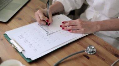Ženský lékař psaní rx recept — Stock video