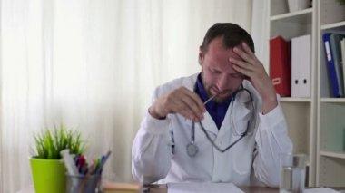 Male doctor having headache — Stock Video