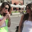 Girlfriends talking in the city — Stock Video